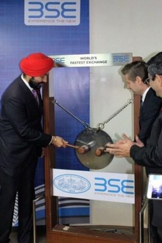 Au cours de la dernière journée de sa mission en Inde, le ministre de l'Innovation, des Sciences et du Développement économique, l'honorable Navdeep Bains, a sonné la cloche de lancement de la séance de la Bourse de Bombay. (Groupe CNW/Innovation, Sciences et Développement économique Canada)