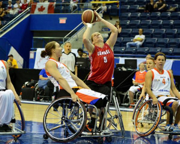 Janet McLachlan, du Canada, fait un tir dans le match de demi-finale contre les Pays-Bas, le 27 juin 2014, au Championnat du monde féminin de basketball en fauteuil roulant 2014, au Mattamy Athletic Centre, à Toronto, Ont. (Groupe CNW/Comité paralympique canadien (CPC))