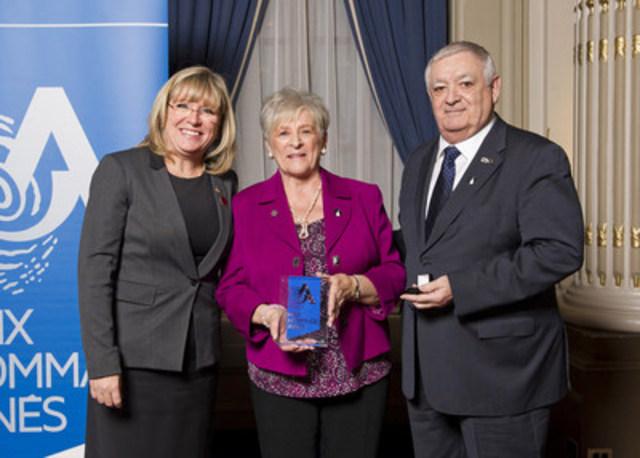 De gauche à droite : la ministre Mme Francine Charbonneau, la lauréate Mme Lise Guindon et le président de la Table régionale de concertation des aînés de Laval M. Yvon Hamel. (Groupe CNW/Cabinet de la ministre de la Famille)