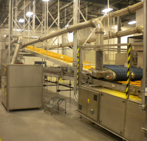Bread being baked at Maple Leaf Foods 385,000 square foot Trillium bakery in Hamilton, Ontario. It is Canada's largest commercial bakery producing a variety of fresh bakery products for Canadians to enjoy. (CNW Group/Maple Leaf Foods Inc.)