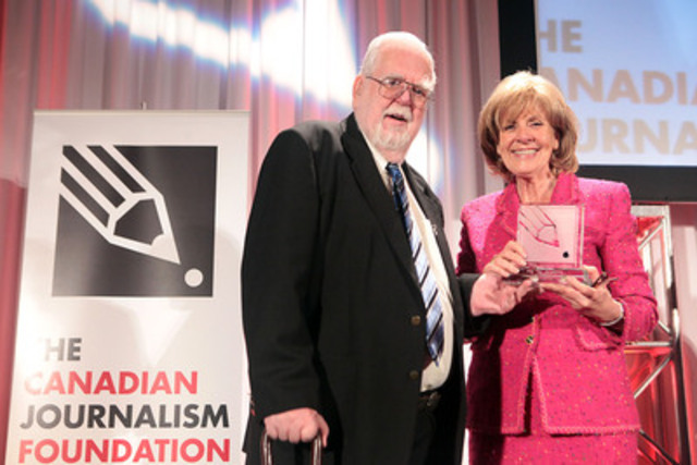 Jack Sigvaldason, publisher of Northern News Services, accepts the Canadian Journalism Foundation Lifetime Achievement Award from past recipient Sally Armstrong, journalist, author and human rights activist.(CNW Group/Canadian Journalism Foundation)