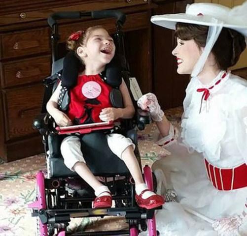 """""""L'un des meilleurs souvenirs de la mère de Mady lors de leur voyage à Disney a été de voir sa fille si joyeuse et pleine de vie. Durant leur visite, « Mady n'a eu aucune crise. Elle riait sans cesse en regardant Mary Poppins », dit-elle.  Mady (ci-contre), 6 ans et atteinte de paralysie cérébrale sévère, durant son rêve de voyage à Disney (montrée ici avec son personnage préféré, Mary Poppins)."""" (Groupe CNW/La Fondation Rêves d'enfants)"""