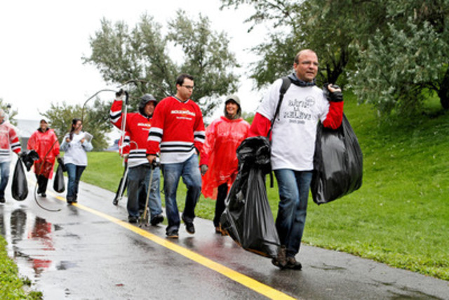 More than 100 Molson employees gathered on this rainy day to collect litter from the river shores in Verdun. (CNW Group/MOLSON COORS CANADA)