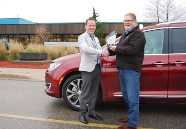 BEST NEW LARGE UTILITY Chrysler Pacifica, with 664 points, and scoring highest in Interior Styling, Occupant Environnent and Ride Dynamics. 2nd place Mazda CX-9 with 663 points. 3rd place GMC Acadia with 634 points. (Left: Bradley Horn, Product Communications, FCA Canada, Right: David Taylor, CCOTY Committee Member) (CNW Group/Automobile Journalists Association of Canada)