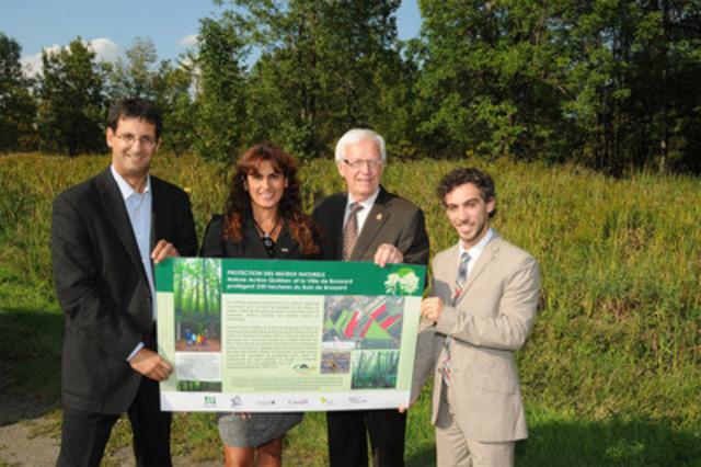 De gauche à droite : Pascal Bigras, directeur général de Nature-Action Québec, Romy Bazo, coordonnatrice en acquisition des milieux naturels de Nature-Action Québec, Paul Leduc, maire de la Ville de Brossard et Vincent Causse, Chef de division Environnement de la Ville (Groupe CNW/Nature-Action Québec)