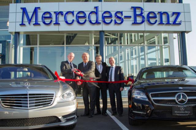 De gauche à droite : Peter Trzewik, directeur général du concessionnaire; Hannu Ylanko, vice-président, Ventes nationales, Mercedes-Benz Canada; Sylvester Chuang, directeur du concessionnaire, Three Point Motors; Robert Wissenz, directeur de la région de l'Ouest (Groupe CNW/Mercedes-Benz Canada Inc.)