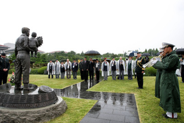 Des vétérans et parlementaires canadiens observent une minute de silence près du monument canadien au Cimetière commémoratif des Nations Unies à Pusan, en République de Corée. (Groupe CNW/Anciens Combattants Canada)