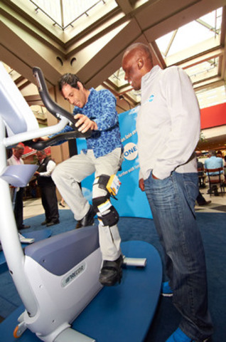Le sprinter olympique Bruny Surin apprend aux Montréalais comment préserver une bonne santé du genou lors d'un événement de sensibilisation du public tenu aujourd'hui à la Place Ville Marie.(Crédit photo : Synviscone.ca) (Groupe CNW/SANOFI CANADA)
