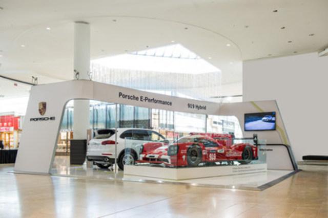 Le stand E-Performance d'Automobiles Porsche Canada s'arrête à Québec. Il s'agit du troisième d'un total de six arrêts pour le stand mobile qui parcourt le pays dans l'objectif de présenter l'engagement du constructeur à proposer des produits automobiles à la fois axés sur les performances et très efficaces sur le plan énergétique. (Groupe CNW/Automobiles Porsche Canada)