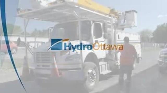 Vidéo : Les équipes d'Hydro Ottawa prennent la route pour aller aider Hydro-Québec à rétablir le courant après un violent orage estival qui a causé des pannes touchant plus de 150 000 résidents.