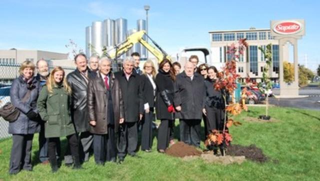 Cette plantation d'arbres s'est déroulée en présence de nombreux représentants de l'arrondissement de Saint-Léonard, dont le maire Michel Bissonnet, de la Soverdi, de l'Écoquartier de Saint-Léonard, de Saputo et du CRE-Montréal. (Groupe CNW/Ville de Montréal - Arrondissement de Saint-Léonard)
