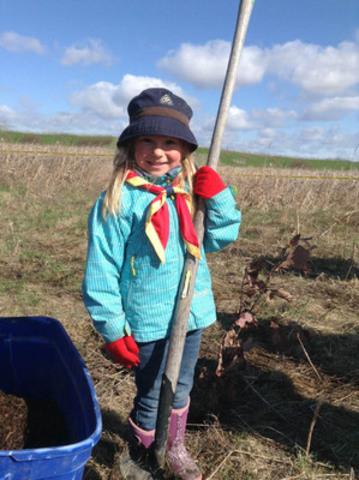 Dans le cadre du programme Arbrescouts, les jeunes et les bénévoles de Scouts Canada plantent 200 000 arbres par année. (Groupe CNW/Scouts Canada)
