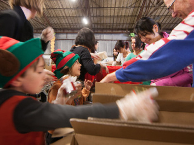 Plus de 200 bénévoles, petits et grands, ont trié des denrées afin d'assurer des fêtes sans faim aux Montréalais dans le besoin. (Groupe CNW/MOISSON MONTREAL)