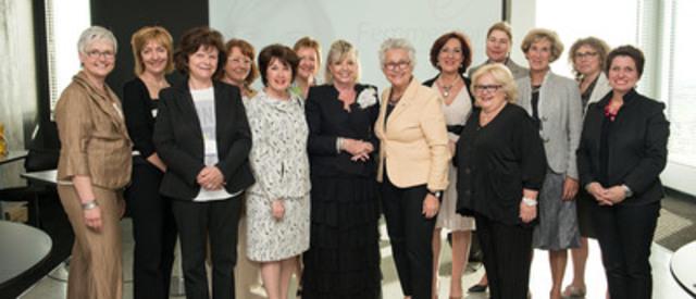 De gauche à droite : Hélène Lee-Gosselin, Danielle Déry, Liliane Colpron, Louise Amiot (à l'arrière), Carole Théberge, Gloria Lemire, présidente C.A. Réseau Femmessor (à l'arrière), Lise Watier, Cora Tsouflidou, Danièle Henkel, Nicole Diamond-Gélinas, (à l'avant plan), Mélanie Kau, (à l'arrière), Andrée Brunet, Geneviève Morin, (à l'arrière), Marie-Chantal Lachance. (Groupe CNW/Femmessor) (Groupe CNW/Réseau Femmessor)