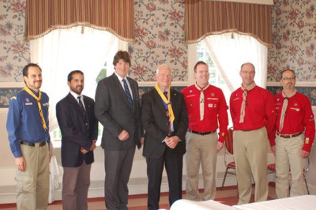 Les membres de Scouts Canada et de l'Association des Scouts du Canada avec Son Excellence, le très honorable David Johnston, gouverneur général du Canada, président d'honneur de Scouts Canada et chef scout de l'Association des Scouts du Canada (Groupe CNW/Scouts Canada)