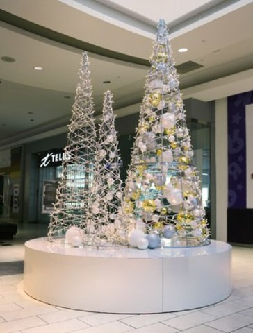 Winter Sparkle platform, with three hand-made wired trees, manufactured in Canada. (CNW Group/Dufferin Mall)