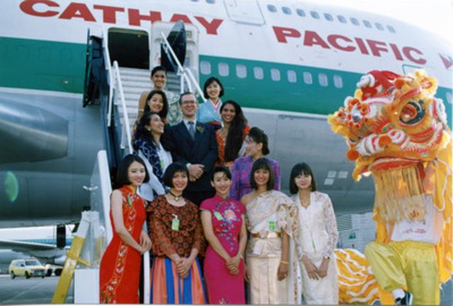 Arrivée du premier vol de Cathay Pacific à l'aéroport international Toronto Pearson le 9 juin 1994. Membres du personnel de cabine de Cathay Pacific vêtues de costumes traditionnels représentant les pays asiatiques desservis par la compagnie aérienne. (Groupe CNW/Cathay Pacific Airways)