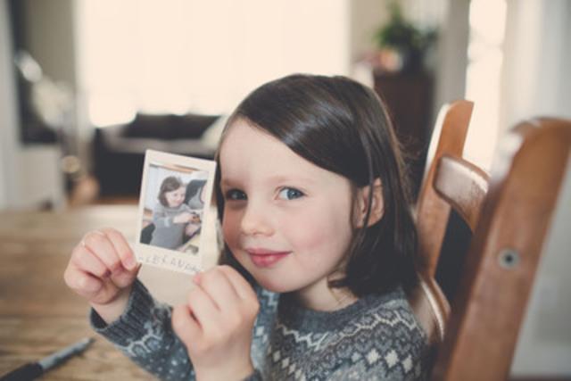 Plus que de l'Histoire ou de l'art, une photo est un témoignage vibrant permettant à un instant de revivre. C'est une grand-mère devenant jeune fille à nouveau, un enfant s'imaginant une vie avant la sienne, un peuple regardant en arrière et éclaircissant la fierté de ses racines (Groupe CNW/Agence Tague inc.)