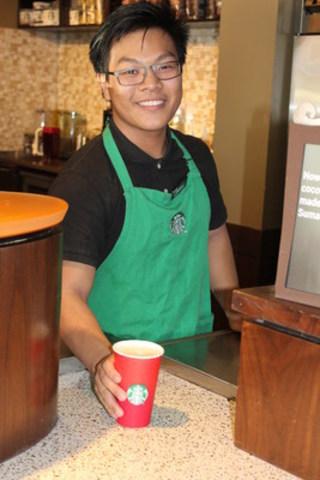 Après avoir eu du mal à trouver du travail, Thomas occupe maintenant son premier emploi comme partenaire Starbucks grâce à l'engagement pris par la société d'offrir 10 % de ses postes à de jeunes défavorisés. (Groupe CNW/Starbucks Coffee Canada)