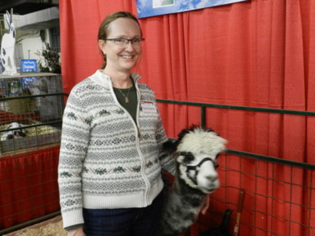 Fiona Hunter and alpaca. (CNW Group/Royal Agricultural Winter Fair)