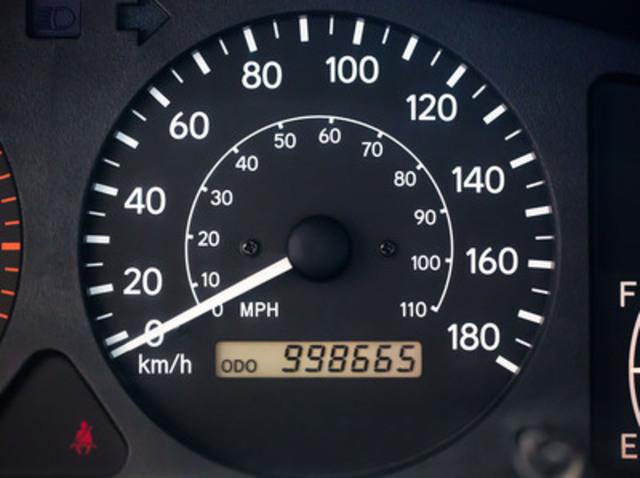 Le kilométrage ahurissant que Rajah Sellathurai a accumulé avec sa Toyota Corolla 2001 - et que seuls un entretien régulier et des pneus neufs ont suffi pour atteindre une telle distance! (Groupe CNW/Toyota Canada Inc.)