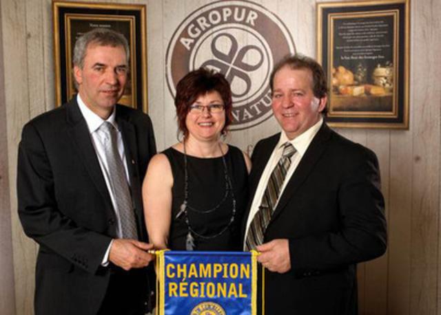 De gauche à droite : M. René Moreau, administrateur, Mme Chantal Paradis etM. Claude Lampron. (Groupe CNW/AGROPUR)