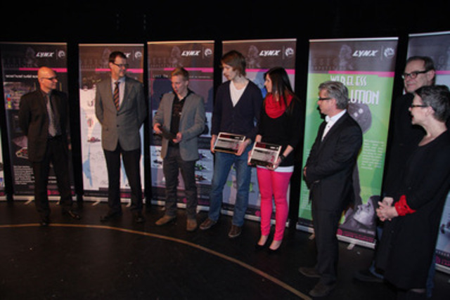 Les lauréats de la compétition de design, entourés de membres du jury (Groupe CNW/BRP)