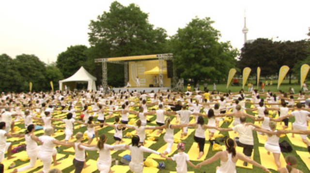 More than 2,000 Canadians dressed in white participated in Toronto's largest outdoor yoga session for the Lolë White Yoga Tour. (CNW Group/LOLE)