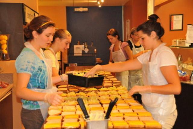 Les bénévoles préparent des sandwichs pour appuyer le programme Alimenter le futur de Sodexo Canada. (Groupe CNW/Sodexo Canada)