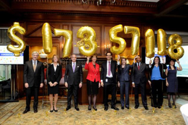 Dave McKay, président et chef de la direction, RBC, ainsi que Laura Gainey et Jonathan Hunter, coprésidents, Campagne de dons des employés, annoncent le montant record amassé par les employés de RBC pour les Canadiens. (Groupe CNW/RBC (French))