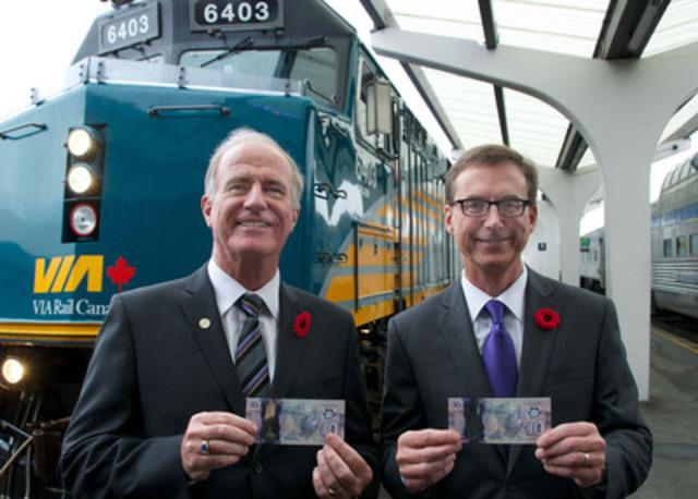 M. Marc Laliberté et M. Tiff Macklem, devant le Canadien au lancement officiel de la coupure de 10 dollars en polymère qui a eu lieu à la gare Pacific Central, à Vancouver (Colombie-Britannique). (Groupe CNW/Banque du Canada)