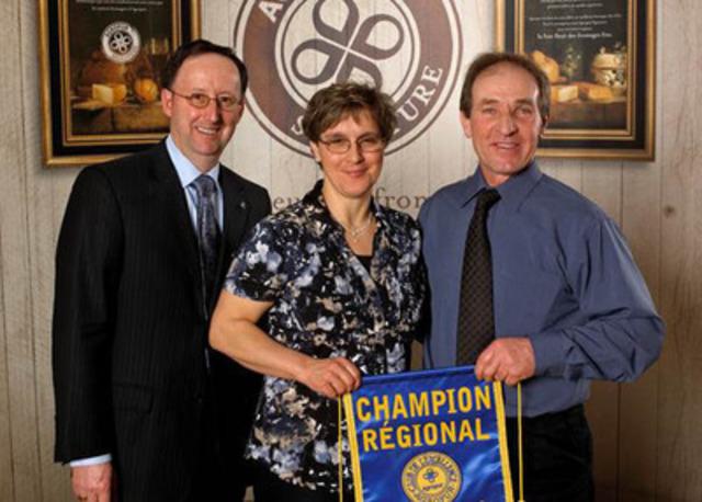 De gauche à droite : M. Daniel Lamy, administrateur, Mme Myriam Payette et M. Daniel Chevrette. (Groupe CNW/AGROPUR)