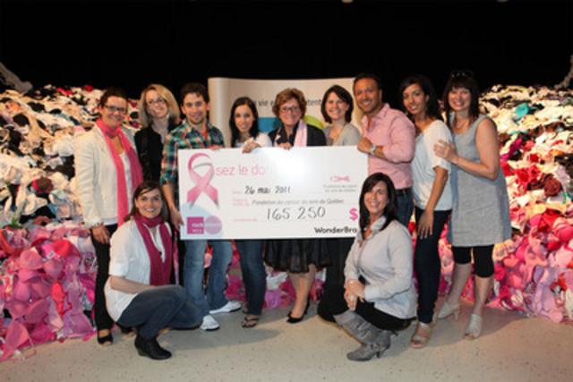 Campagne Osez le donner RockDétente-Wonderbra 2011 : remise du chèque à la Fondation du cancer du sein du Québec. (Groupe CNW/Astral Radio)