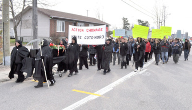Plus de 250 personnes ont marché sur la route138 à la hauteur de Forestville pour dénoncer l'intention du gouvernement fédéral de «tuer la Haute-Côte-Nord» en éliminant les mesures transitoires et les projets-pilotes de l'assurance-emploi dans leur région. (Groupe CNW/Action Chômage Haute-Côte-Nord)