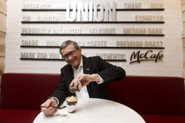 John Betts, président et chef de la direction de McDonald's du Canada, préparant une Coupe glacée à l'espresso McCafé, l'un des produits signature au menu du premier emplacement McCafé indépendant à Union Station, Toronto. (Groupe CNW/McDonald's Canada)