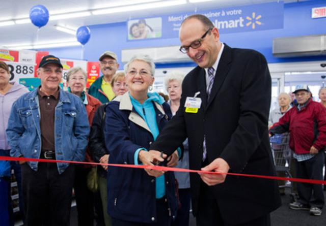 Cérémonie officielle de coupe de ruban avec André Tawil, directeur de succursale et le premier client du jour (Groupe CNW/Walmart Canada)