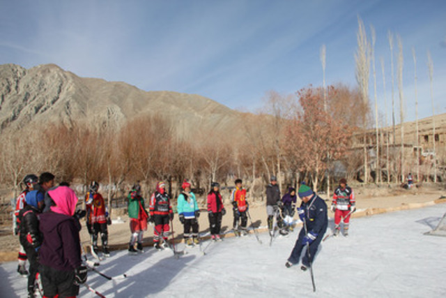 A coach is teaching local kids in Leh the proper technique for stopping on skates. (CNW Group/Sun Life Financial Inc.)