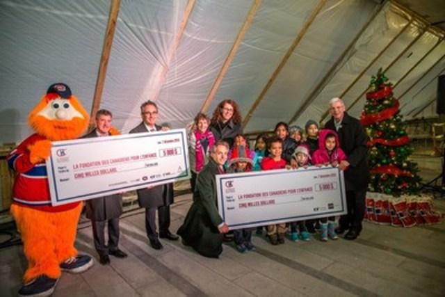 Pour souligner l'achèvement de la structure de la Tour des Canadiens, Cadillac Fairview et les partenaires du projet ont remis un don de 10 000 $ à la Fondation des Canadiens pour l'enfance pour soutenir des organismes comme le Centre communautaire Tyndale St-Georges qui aide les enfants dans le besoin. (Groupe CNW/Tour des Canadiens)