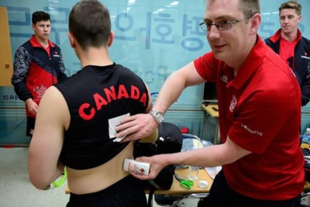 Canadian Armed Forces National Volleyball Team using MEDISTIK in Korea. (CNW Group/Natureteq Inc.)