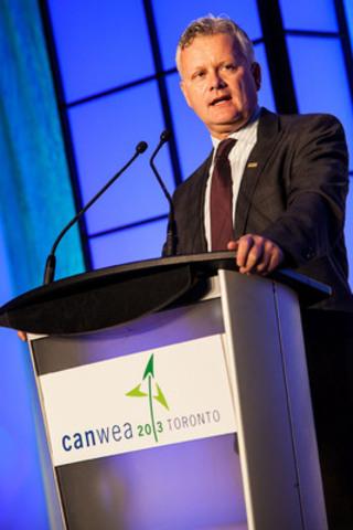 Colin Andersen, directeur général de l'Office de l'électricité de l'Ontario, prononce le discours inaugural de la séance plénière du matin, mettant en vedette le plus important marché de l'énergie éolienne au Canada dans le cadre du 29e Congrès annuel et salon professionnel de CanWEA. (Groupe CNW/Association canadienne de l'énergie éolienne)