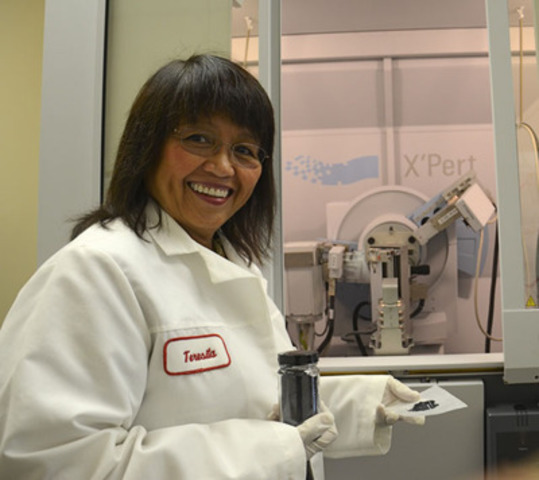 Dr. Teresita Frianeza-Kullberg, Co-CEO and Chief Technology Officer of Perfect Lithium Corp., displays the product of their innovative process, a nano-structured lithium-ion cathode material that improves the performance of lithium-ion batteries. (CNW Group/Perfect Lithium Corp.)