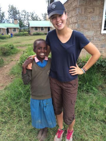Alexandra Pintea, lauréate d'une bourse d'études RBC en 2014, et Sharon, jeune Kényane. (Groupe CNW/RBC (French))