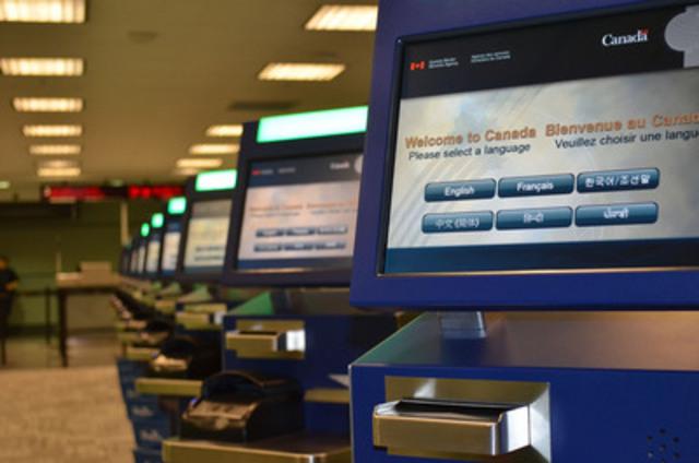 Bornes de CFA à l'aérogare 3 de l'aéroport international Pearson de Toronto (Groupe CNW/Greater Toronto Airports Authority)