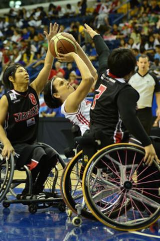 Katie Harnock, du Canada, s'apprête à faire un tir contre le Japon, le vendredi 20 juin, au Championnat du monde féminin de basketball en fauteuil roulant 2014 au Mattamy Athletic Centre, à Toronto, Ont. (Groupe CNW/Basketball en fauteuil roulant Canada)