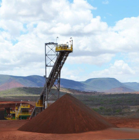 Picture 2: Crushed Ore Stockpile (CNW Group/Largo Resources Ltd.)