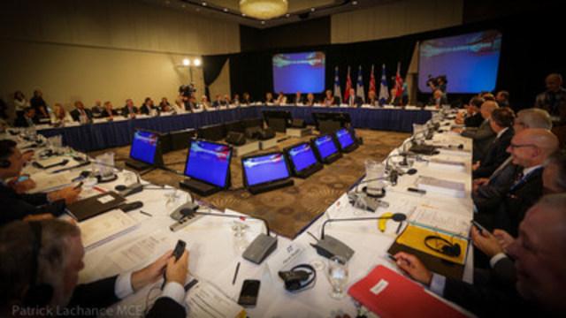 Québec, le 11 septembre 2015. – Le premier ministre du Québec, Philippe Couillard, et la première ministre de l''Ontario, Kathleen Wynne, ont tenu une séance commune des Conseils des ministres du Québec et de l''Ontario. (Groupe CNW/Cabinet du premier ministre)