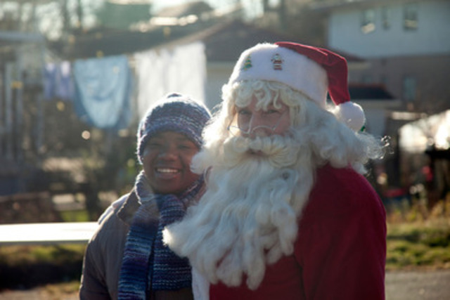 New Canadians meet Santa for the first time at a celebration of The World Vision Gift Catalog with The ReSet Group (a collaborative initiative between Kinbrace Community Society, New Hope and Journey Home). (CNW Group/World Vision Canada)