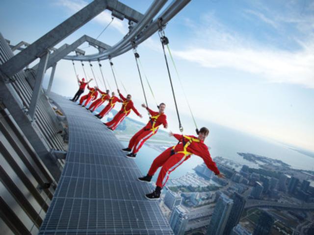 Le 8 novembre 2011, Haut-Da Cieux de la Tour CN a obtenu le titre des Records du monde Guinness pour la «Plus haute promenade à l'extérieur d'un immeuble». Carey Low, représentant canadien de Guinness World Records®, a remis le certificat à Jack Robinson, chef de l'exploitation de la Tour CN, sur Haut-Da Cieux même, à 356 m/1 168 pi au-dessus du sol. (Groupe CNW/CN Tower)