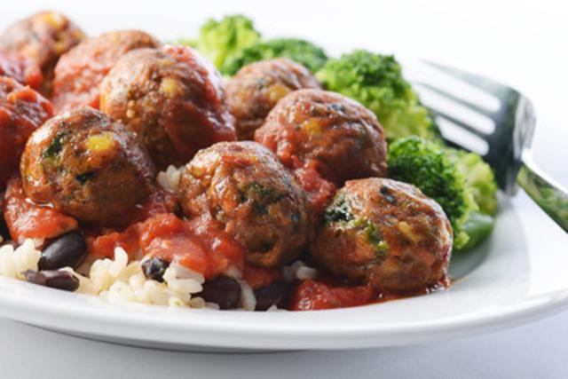 Nouvelles boulettes végés d'IKEA avec une sauce marinara bio, du riz, des haricots noirs et du brocoli vapeur. (Groupe CNW/IKEA Canada)