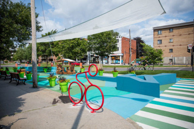 Une nouvelle place publique aménagée à l'angle des rues Villeray et Lajeunesse voit le jour grâce au Fonds Tapeo en collaboration avec rocioarchitecture et l'arrondissement de Villeray—Saint-Michel—Parc-Extension. © Ville de Montréal-Jimmy Hamelin. (Groupe CNW/Ville de Montréal - Arrondissement de Villeray - Saint-Michel - Parc-Extension)